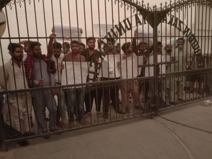 ملتان: بہاالدین زکریا یونیورسٹی فیسوں اور آن لائن کلاسز کے خلاف طلبہ کا یونیورسٹی گیٹ پہ احتجاج